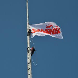 "2 maja flagi Polski i ""Solidarności"" na Iglicy"