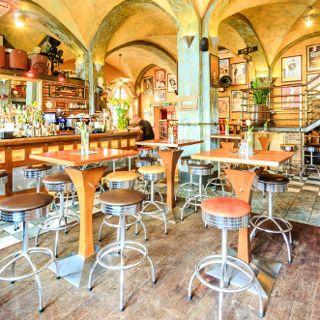 Restaurant & Cocktail Bar Pod Papugami