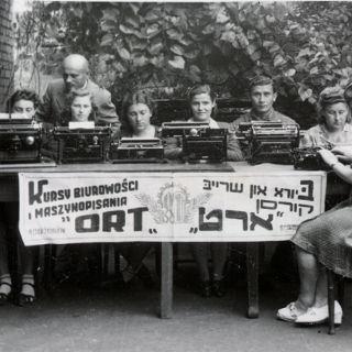 """Wystawa: """"Ku nowemu życiu. Żydzi na Dolnym Śląsku w latach 1945–1970"""""""